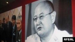 Фото Алтынбека Сарсенбаева на памятной выставке. Алматы, 10 февраля 2010 года.