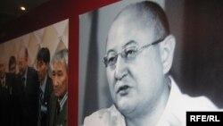 Алтынбек Сәрсенбаевтың көрмеде тұрған суреті. Алматы, 10 ақпан 2010 жыл.