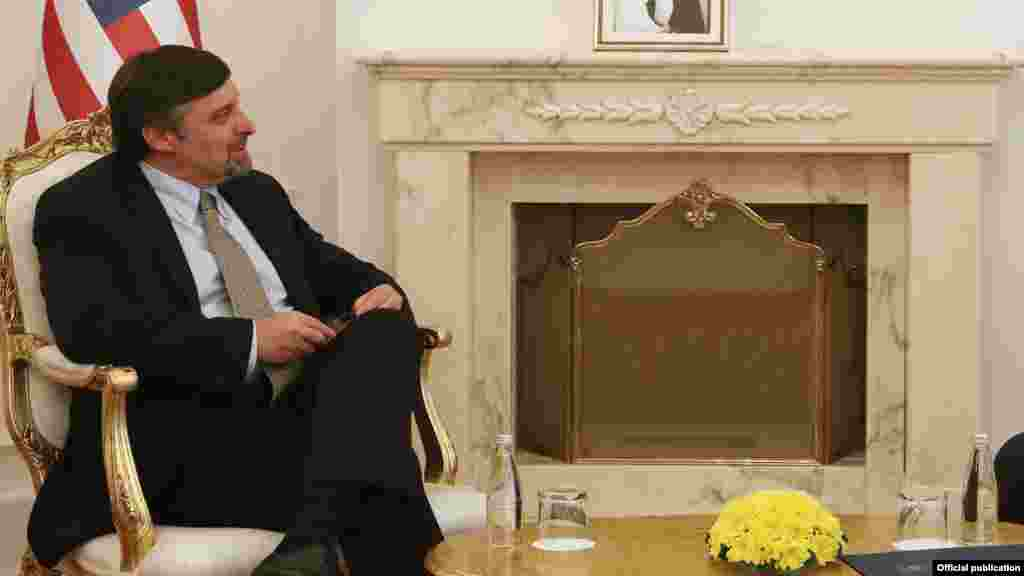 МАКЕДОНИЈА - Метју Палмер, вршителот на должност заменик-помошник државен секретар на САД за Европа и Евроазија, од 1 до 3 август ќе престојува во посета на Македонија, во рамките на која ќе ја ја изрази поддршката на Вашингтон за Договорот со Грција за решавање на спорот со името, како и за прогресот на земјата кон членството во НАТО и во ЕУ, соопшти Американската амбасада во Скопје. Палмер ќе учествува во прославата на Илинден на Мечкин Камен, а потоа ќе има средби со државниот врв и со лидерите на дел од политичките партии во Македонија.