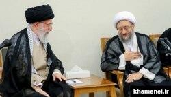 صادق آملی لاریجانی (راست) همراه با آیتالله علی خامنهای