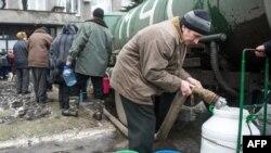 Население запасается водой во время короткого перемирия в прифронтовой зоне в районе Дебальцева. 6 февраля 2015 года.