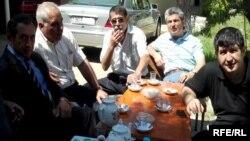 В чайной во дворе суда мы проводим время за разговорами в густой тени деревьев. Отец Эйнуллы - Эмин бей (второй слева) и Шахвелед Чобаноглу (справа)