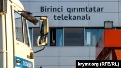 Машина ОМОНа у здания телеканала ATR. Проходит обыск