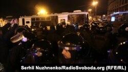 Кордон поліції неподалік Європейської площі перегородив шлях учасникам акції на підтримку торговельної блокади, Київ, 19 лютого 2017 року