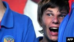 Андрей Аршавин 2008 жылғы Еуропа чемпионатынан оралған кезде өздерін қарсы алған жанкүйерлерге қарап тұр. Мәскеу, 27 маусым 2008 жыл
