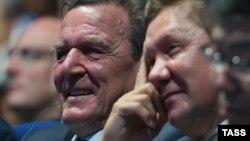 Экс-канцлер Германии Герхард Шредер и председатель Правления «Газпрома» Алексей Миллер на пленарном заседании в рамках открытия Восточного экономического форума. Владивосток, 4 сентября 2015 года