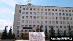 Раил Сарбаевны Башкортстан президенты сайлавында катнаштыруна таләп итүче ялгыз пикет.