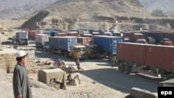 Автомобили с грузом, предназначенным для сил НАТО, на дороге в провинции Пакистана.