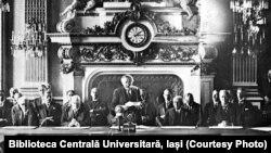 Anunțarea Pactului Briand-Kellogg (Paris, 1928). Sursa: Biblioteca Centrală Universitară, Iași