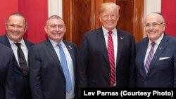 На фото: Ігор Фруман (л), Лев Парнас, Дональд Трамп і Рудольф Джуліані