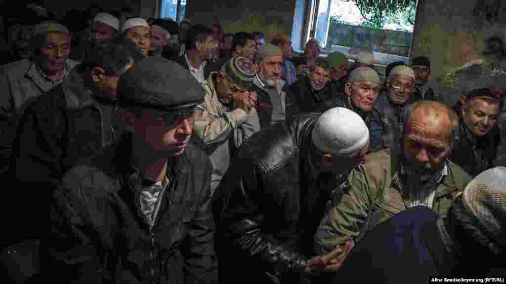 В Бахчисарае в доме похищенного Эрвина Ибрагимова прошел дау – коллективный молебен. На него собрались более 200 человек со всего Крыма. За дуа пришла понаблюдать и местная полиция.24 мая 2017 года.