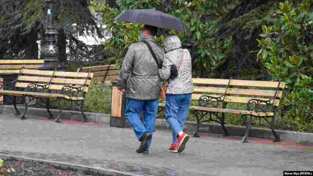 Зонты, как и медицинские маски, стали постоянным аксессуаром севастопольцев