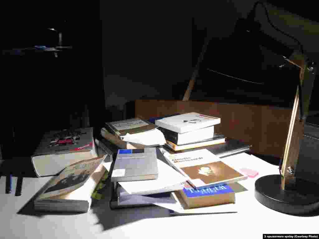"""Хатні офіс беларускага дырыжэра Віталя Алексяёнка ў Мюнхене: """"Праца зьмянілася з практычнай на навуковую. Сытуацыя стала ў цэлым значна горшай""""."""