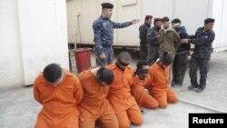 Илустрација: Ирачката полиција покажува уапсени милитанти.
