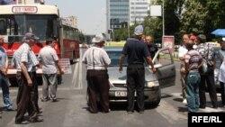 Архивска фотографија: Гневен возач се расправа со стечајците кои ја блокираат улицата пред Собранието на 10 јуни 2010 година.