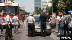 Гневен возач се расправа со стечајците кои ја блокираат улицата пред Собранието на 10 јуни 2010 година.