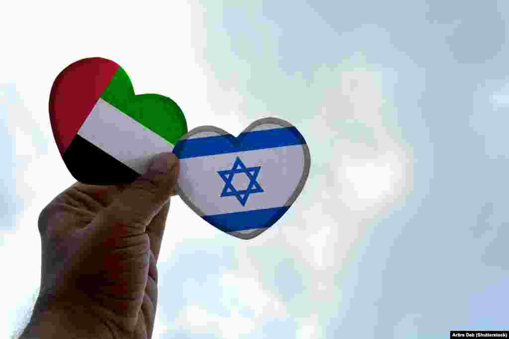 ИЗРАЕЛ / ОБЕДИНЕТИ АРАПСКИ ЕМИРАТИ - Израел и Обединетите Арапски Емирати потпишаа договор за воспоставување дипломатски односи. На тоа реагираа повеќе држави, меѓу кои и Иран и Турција. Официјален Техеран рече дека овој договор е нож во грб за муслиманскиот свет, а од Анкара реагираа дека историјата нема да го заборави ова лицемерие на Обединетите Арапски Емирати.