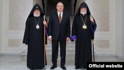 Слева направо: Католикос всех армян Гарегин Второй, президент Армении Армен Саркисян, Католикос Великого Дома Киликийского Арам Первый, Ереван, 20 апреля 2018 г.