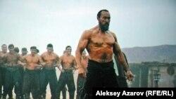 Қарасай батырдың егде кезіндегі рөлін сомдаған актер Мұрат Бисембин. Кинодан алынған үзінді.