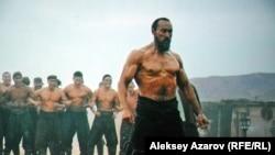 Карасай-батыра в зрелом возрасте и в старости в фильме «Батырлар» сыграл Мурат Бисембин. Стоп-кадр с киноэкрана.