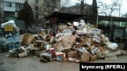 Стихійне звалище у житловому кварталі Севастополя