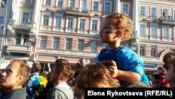 Этот малыш героически высидел на папиных плечах гигантскую очередь к металлоискателям. Марш мира. Москва, 21 сентября 2014 г.