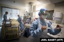 Франция дәрігерлері вирус жұқтырған науқасты емдеп жатыр. 27 сәуір 2020 жыл.