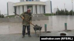 Türkmenistanyň Saglyk ministrliginiň öňünde, Aşgabat