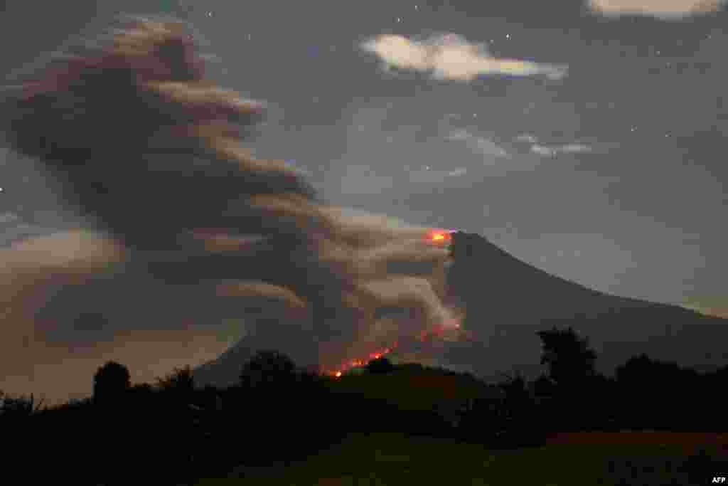 Indonesia's Mount Sinabung spews volcanic ash and lava near Karo, on North Sumatra. (AFP/ATAR)