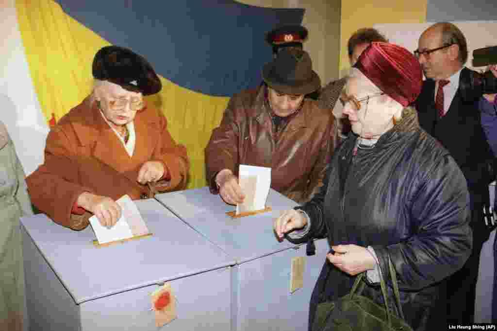 Під час голосування на Всеукраїнському референдумі за незалежність України та президентських виборах. Київ, 1 грудня 1991 року