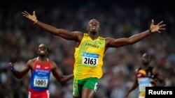 Usain Bolt duke e përfunduar një vrapim me triumf në Lojërat Olimpike në Pekin në vitin 2008