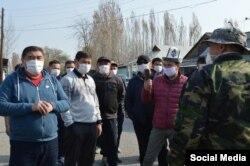 Камчыбек Ташиев в селе Сузакского района, где введен карантин.