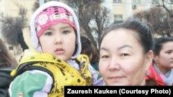 Қала тұрғыны Бұлбұл мен жиені. Алматы, 22 наурыз 2013.
