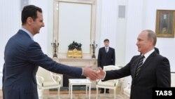 Президент России Владимир Путин (справа) на встрече с президентом Сирии Башаром Асадом. Москва, 21 октября 2015 года.
