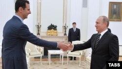 რუსეთის პრეზიდენტი ვლადიმირ პუტინი ბაშარ ალ-ასადს (მარცხნივ) ხვდება კრემლში. მოსკოვი, 2015 წლის 21 ოქტომბერი.
