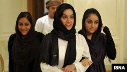 شهرزاد میرقلیخان به همراه دو دخترش در مسقط عمان.