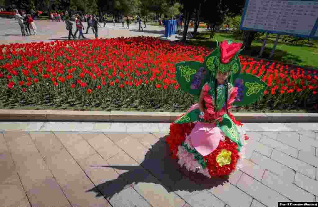 """""""Президент Назарбаев"""" жанында суретке түсушілер көп."""