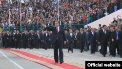 Президент Таджикистана Эмомали Рахмон приветствует собравшихся на стадионе в городе Куляб