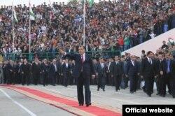 Тәжікстан президенті Эмомали Рахмон сайлау науқаны кезінде стадионға келді. Тәжікстан, 29 қазан 2013 жыл.