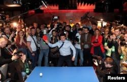 Владимир Зеленский играет в пинг-понг во время первого тура голосования в своем штабе. Киев, 31 марта