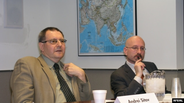 Andrei Sitov (left) and Daniel Kimmage at RFE/RL's Washington, DC office. (4.30.2009)