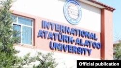 У здания международного университета «Ататюрк — Ала-Тоо» в Бишкеке.