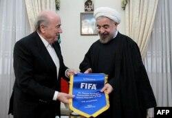 Иран президенті Хассан Роухани (оң жақта) мен ФИФА президенті Йозеф Блаттер. Тегеран, 6 қараша 2013 жыл.