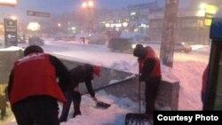 Активісти прибирають вулиці Києва під час рясного снігопаду, фото зі сторінки УДАРу у Facebook, 23 березня 2013 року