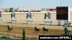 Скачки на ипподроме в Ашгабате. Иллюстративное фото.