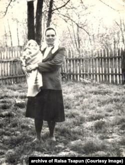 Агафія (Гапка) Юзік-Сивобородькj з онучкою Танею. Будичани, Чуднівський район, Житомирська область. 1969 рік