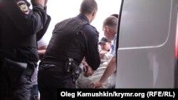 Задержание мужчины в Симферополе. 17 мая 2014 года
