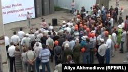 Митинг протеста рабочих кирпичного завода. Поселок Балпык би Алматинской области, 20 июля 2012 года.