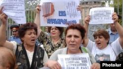 Армения - Акция протеста оппозиции возле здания парламента с требованием освободить всех «политзаключенных», Ереван, 19 июня 2009 г.