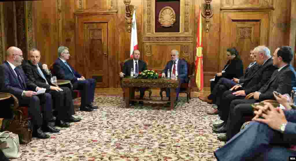 МАКЕДОНИЈА - Делегација на Малта, предводена од премиерот Џозеф Мускат беше во прва официјална посета на Македонија. По разговорите со премиерот Зоран Заев, Мускат имаше средба и со претседателот на Собранието на Македонија Талат Џафери и со претседателот на Пратеничката група за соработка со Парламентот на Република Малта, Зоран Ѓорѓиоски.